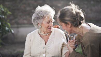 Photo of 8 نصائح لكيفية تقديم الرعاية الصحية والأسرية لكبار السن .. قدم حبك للأشخاص الأغلى في حياتك!